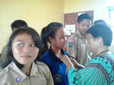 Penyematan Lecana oleh Kepala Sekolah, Kepala SKPDKB kepada para pengurus PIK Remaja SMAN 1.
