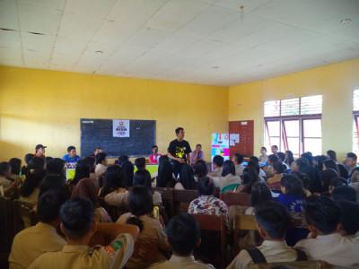 Nordianto (Duta Mahasiswa Kalbar 2014) memberikan motivasi kepada Pengurus PIK Remaja SMAN 1