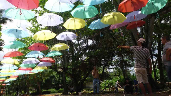 Ratusan Payung di Festival Payung 2015