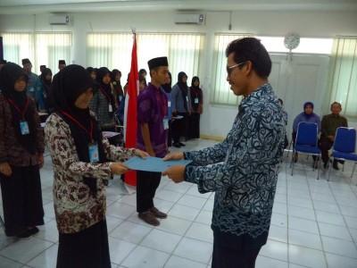 Sekretaris Perwakilan BKKBN Provinsi Kalimantan Barat Menyerahkan Plakat terbentuknya PIK REMAJA di Ushuluddin